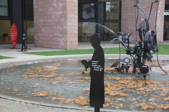 Das Foto zeigt die Silhouetten beim Museum Tinguely in Basel
