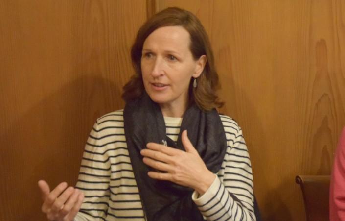 Das Foto zeigt Franziska Reinhardt beim Austausch mit den Teilnehmenden der Mittagstafel