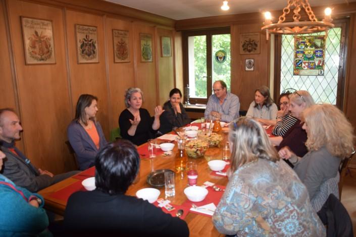 Das Foto zeigt die Teilnehmer der Mittagstafel in Gespräch mit Barbara Schnyder, Supervisorin BSO und Sozialarbeiterin FH.