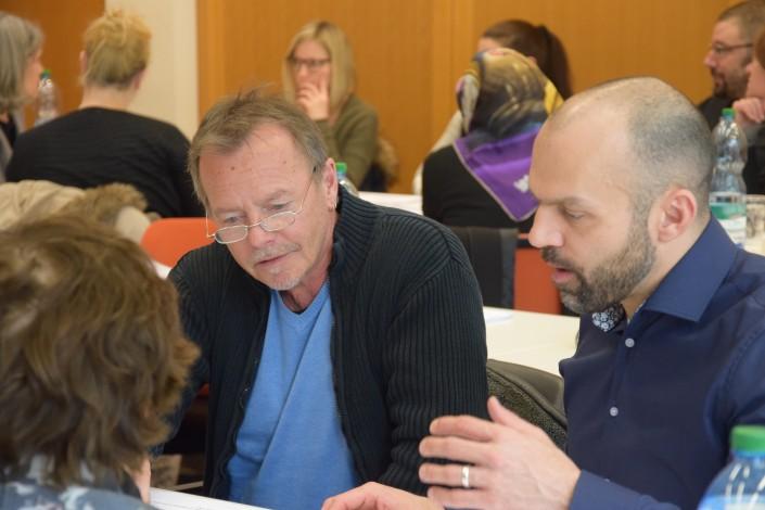 Das Foto zeigt Teilnehmer des iPunkt-Treffs bei der Diskussion.