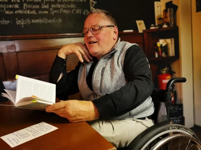 Das Foto zeigt Walter Beutler bei seiner Lesung im Restaurant  Zum Tell.