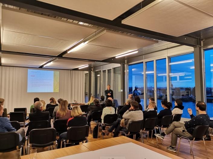 Das Foto zeigt die Workshop-Teilnehmerinnen und Teilnehmer während dem Vortrag von Fabian Bussinger, Bereichsleiter Arbeit und Beschäftigung der Psychiatrie Baselland.