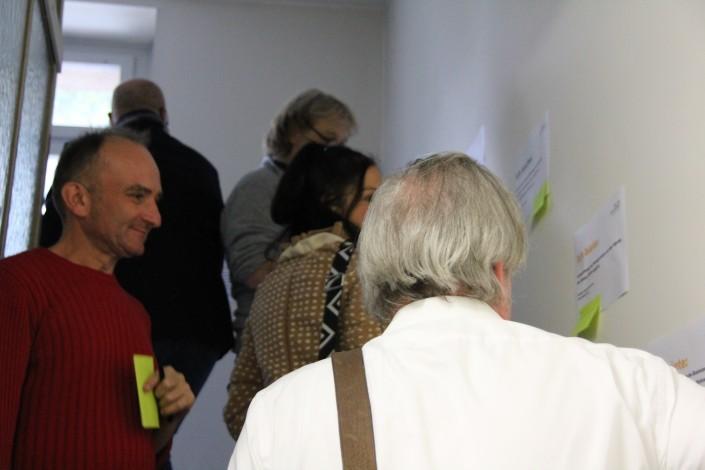 Das Foto zeigt Mentorinnen, Mentoren und Mentees bei Skill-Sharing-Market