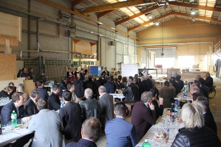 Das Foto zeigt die 70 Gäste bei der Networkingveranstaltung bei der Zubler AG.