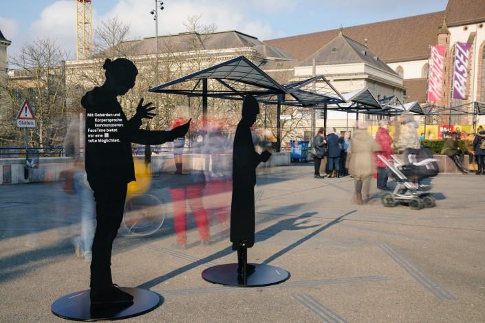 Das Foto zeigt zwei Silhouetten der Ausstellung in Basel